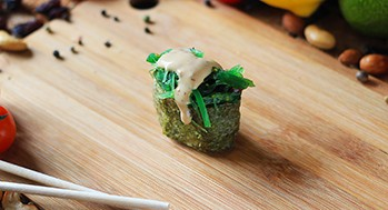 Суши с водорослями чука