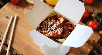 Лапша рисовая с угрем и овощами (Соус черно-перечный)