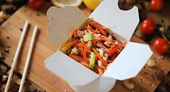Лапша яичная с лососем и овощами (Соус черно-перечный)