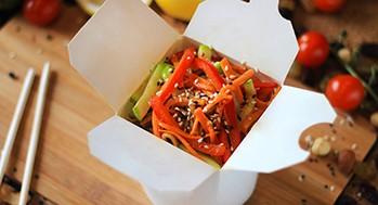 Лапша яичная с овощами (Соус черно-перечный)