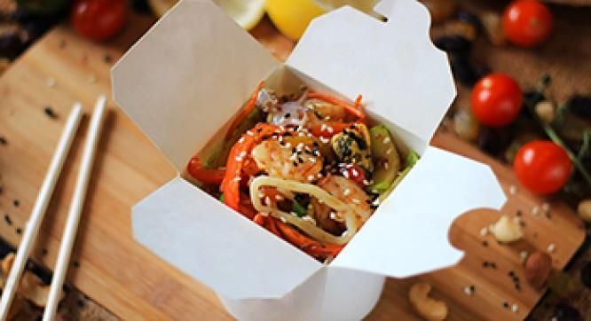 Лапша гречневая с морепродуктами и овощами (Соус черно-перечный)