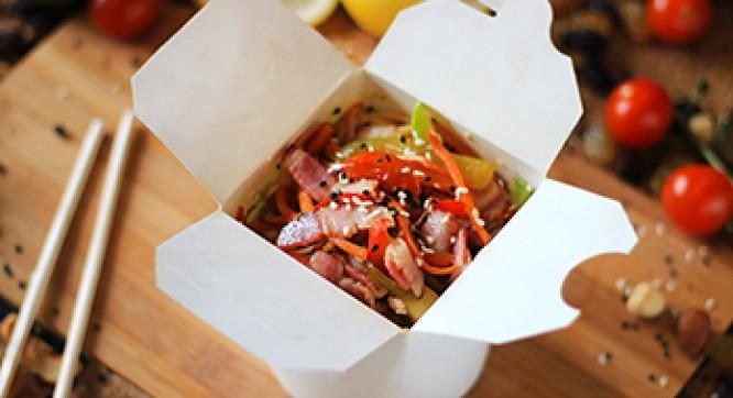 Лапша рисовая с беконом и овощами (Соус ореховый)