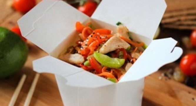 Лапша рисовая с курицей и овощами (Соус черно-перечный)