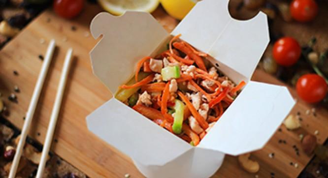 Лапша рисовая с лососем и овощами (Соус черно-перечный)