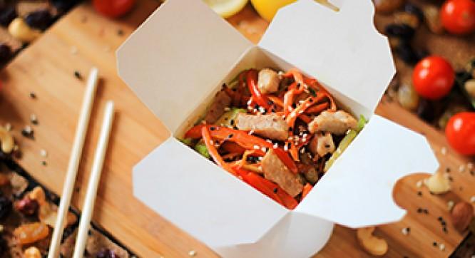 Лапша рисовая с свининой и овощами (Соус сладкий чили)