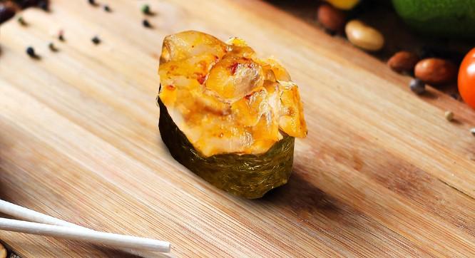 Запеченный гункан острый лосось